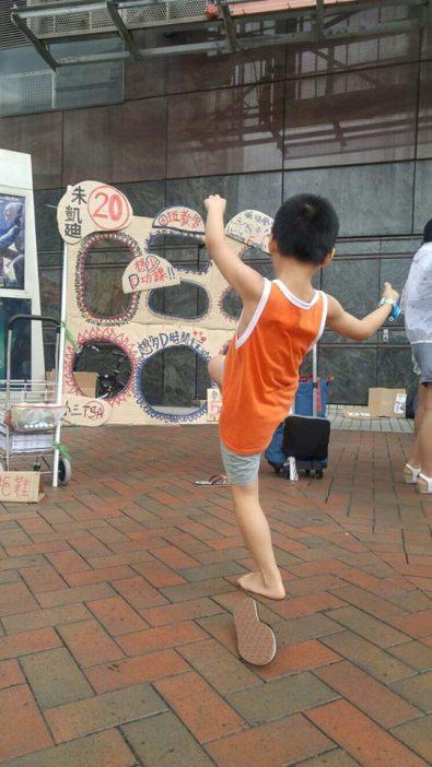 下午 正當朱凱廸跑論壇時,團隊又在天水圍繼續玩街站。街站真係用來玩的,因為街站不只是派單張,也有與議題相關的互動遊戲呢。