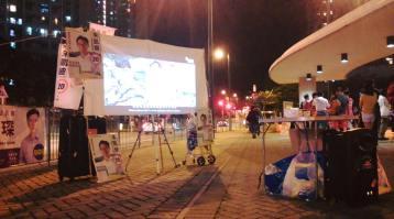 晚上的放映會,有停下來的市民。