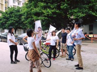 唱屯門戰友自創的歌曲「還我土地、還我自由」,下次見到我們,唱這兩句,就知道你是支持我們的朋友。