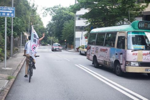 某天凌晨一兩點,朱凱廸堅持第二天早上,幫自己的單車充氣(不想租單車),再去巡遊,他說這是他的戰車。