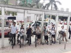 荃灣西鐵站,朱凱廸團隊有一班單車發燒友。