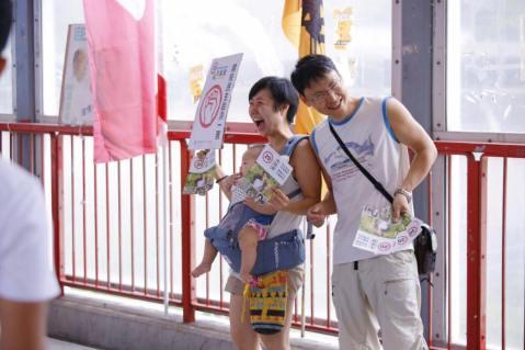 荃灣街站,為下一代留一點綠。— 標籤︰Joanne Wong 和 Ma Stephen。
